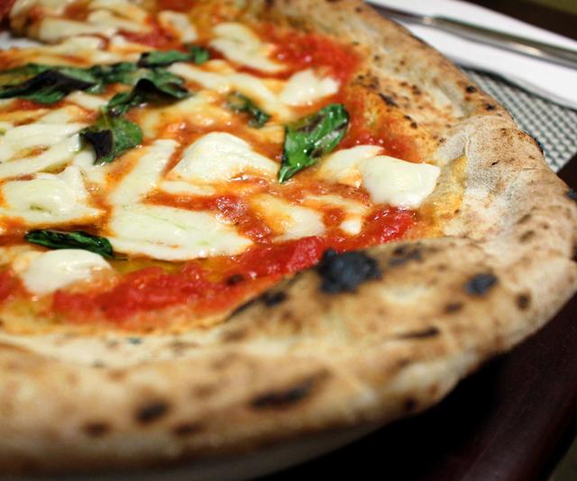 Impecável, massa levíssima e crocante de fermentação natural. Margherita (molho de tomate, manjericão, mozzarella de búfala, parmesão e azeite, R$ 28)