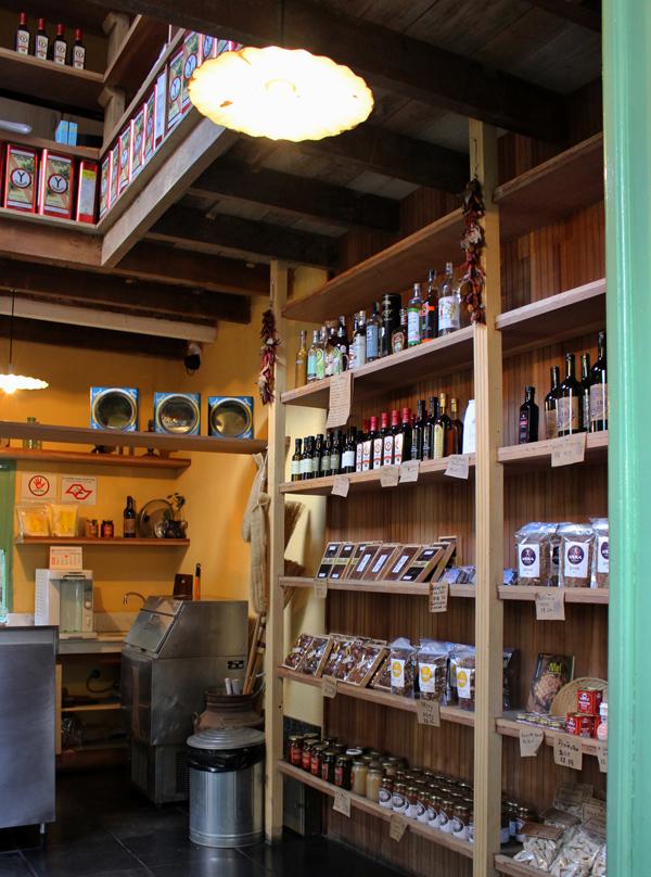 O empório na frente do Jacarandá: produtos brasileiros de microprodutores como azeite de oliva de Minas, queijos artesanais, goiabadas....
