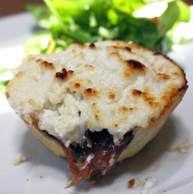 Tarta de cebolas ao vinho tinto com queijo de cabra e salada (R$ 20)