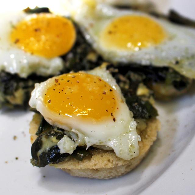 Canapés de ovos de codorna com espinafre
