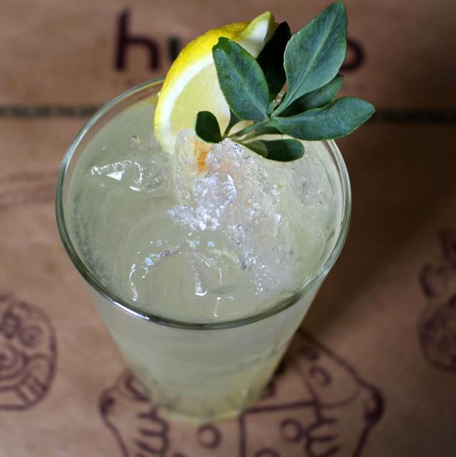 Chilcano Curandeiro: pisco, suco de limão, xarope de folhas de coca e arruda