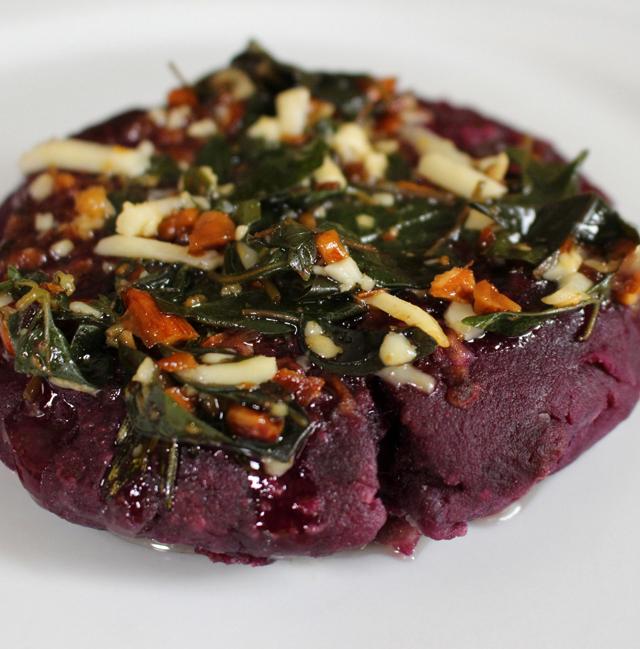 Arepa de batata roxa com manteiga, sal e alecrim