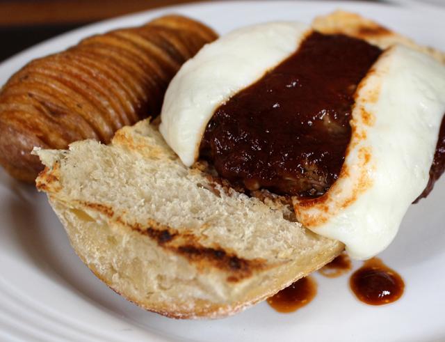 Hamburgão Lola: 250 gramas, pincelado com barbecue, queijo de cabra grelhado e batata Ana (R$ 27)