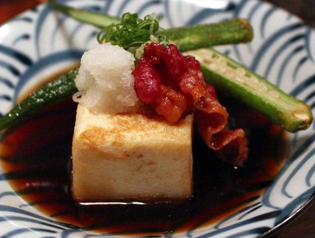 Agedashi dofu (tofu e quiabo fritos, bacon em caldo de sahi, R$ 14)