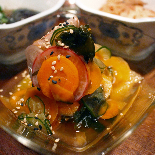 Sunomono (pepino, cenoura, rabanete, wakame e tangerina, R$ 13)