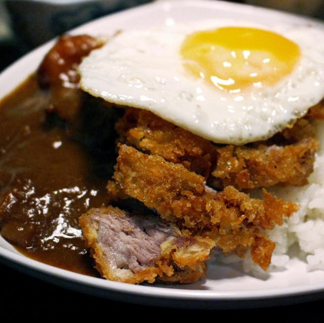 Katsu kare à cavalo: tonkatsu, gohan, ovo frito, curry japonês, R$ 39)