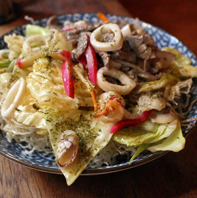 Sara Udon: bifum frito, carne, frutos do mar e vegetaris em caldo da casa