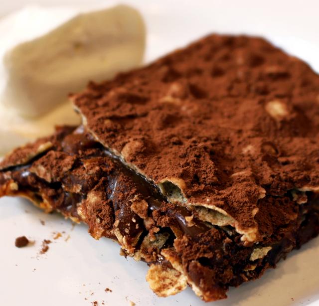 Tabletón: massa crocante, prima da folhada, entremeada por doce de leite argentino e cacau baiano, acompanhado por chantilly de cachaça e baunilha.