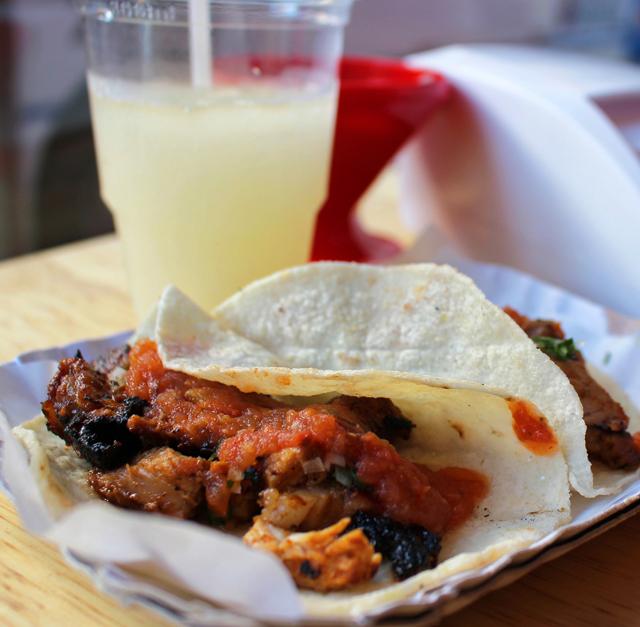 Tacos adobado (carne de porco ao chili e abaxaci, coentro, limão e salsa taquera)