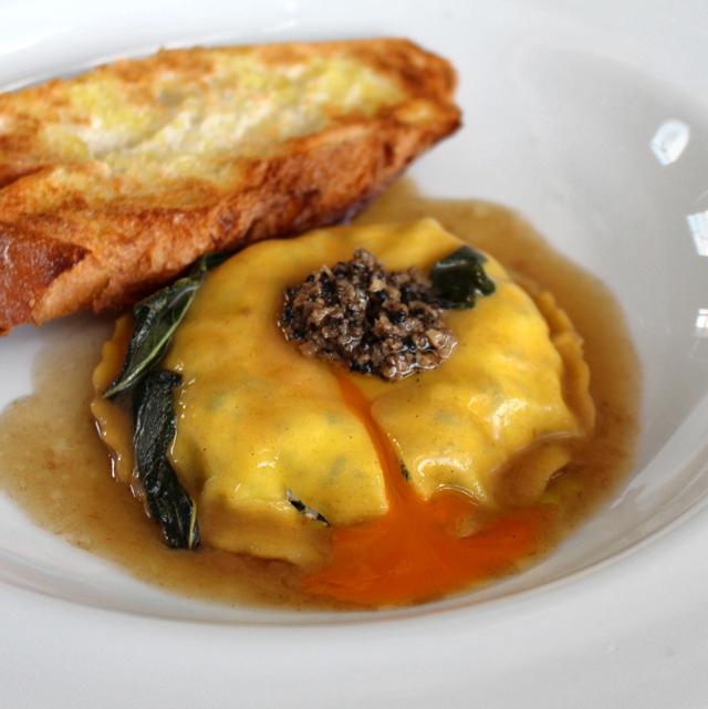 Ravioloni de ricota, espinafre e gema de ovo caipira na manteiga e sálvia, com azeite de trufas (R$ 32)