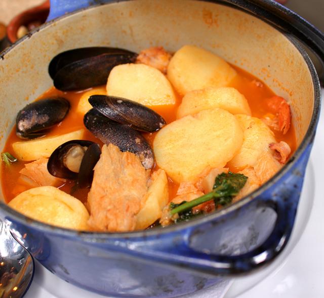 Caldeirada do mar com peixe, lula, camarões, mexilhões e batatas (R$ 59)