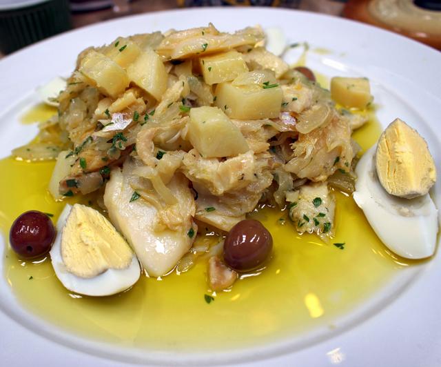 Bacalhau a Gomes de Sá: em lascas, batata cozida, cebola, azeite e ovo; R$39