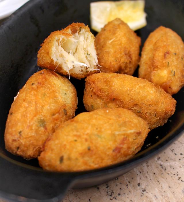 Excelente bolinho de bacalhau: quase nada de massa, muito peixe e fritura sequíssima.