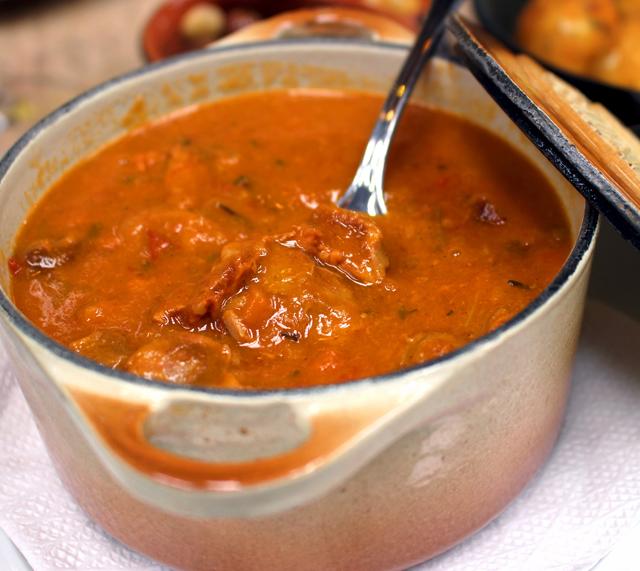 Moelinhas da Dona Rosa, o ponto alto da refeição: moelas maciíssimas em molho espesso e saboroso de tomate, cenoura, alecrim, alho e louro (R$ 18)