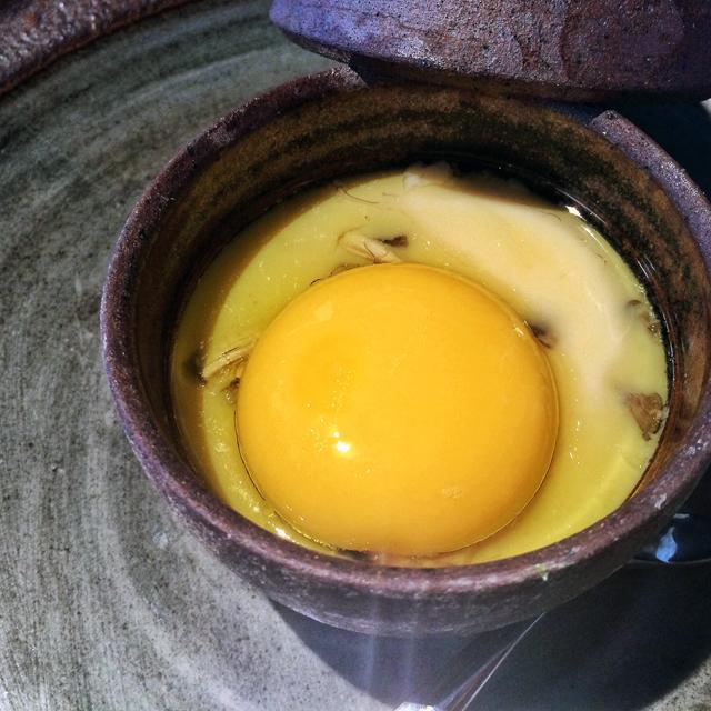 Chawanmushi, flan gelatinoso de ovos com cogumelos e azeite trufado -  o que eu dispensaria - coroado por uma bela e dourada gema