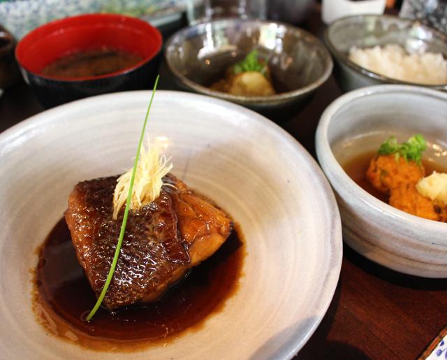 Teishoku de garoupa cozida em molho de shoyu e gengibre, gohan, missoshiru, bolinhos de salmão ao vapor e conserva do dia