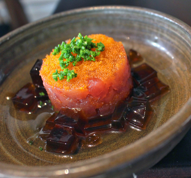 Tartare de atum com ovas de capelin e gelatina de saquê: entrada fria
