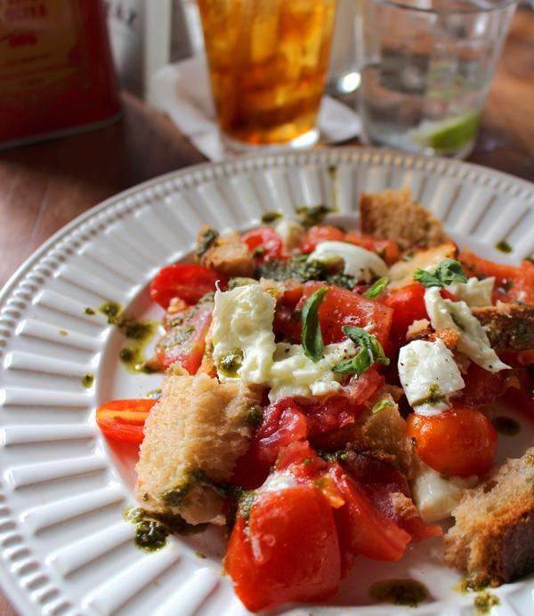 Panzanela Caprese (R$ 28) com dois tipos de tomates, mussarela de búfala, pão e manjericão