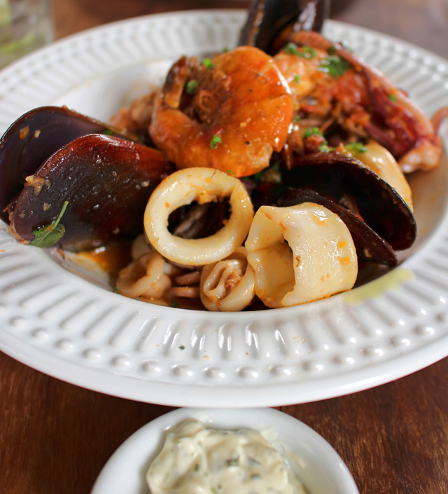 Entrada: Misto di Mare com pancetta e aioli (R$ 32)