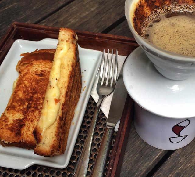 Tostex de brioche com queijo meia cura e café coado no Coffee Lab