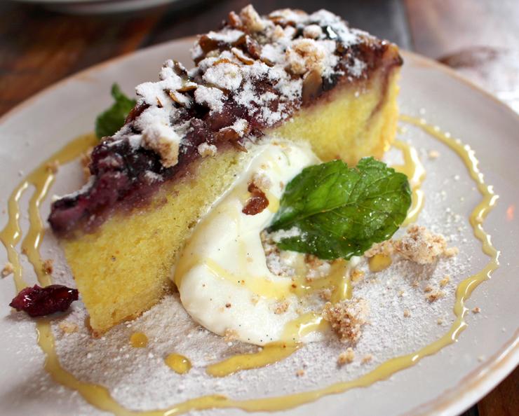 Torta Frangipane - massa com base de amêndoas- com frutas da estação (R$ 24): está mais para bolo