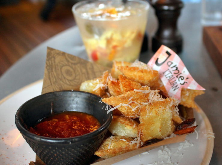 Uma das entradas/petiscos do Jamie's Italian: Nachos italianos, ou raviólis de quatro queijos fritos, servidos com molho arrabiata (R$ 25)