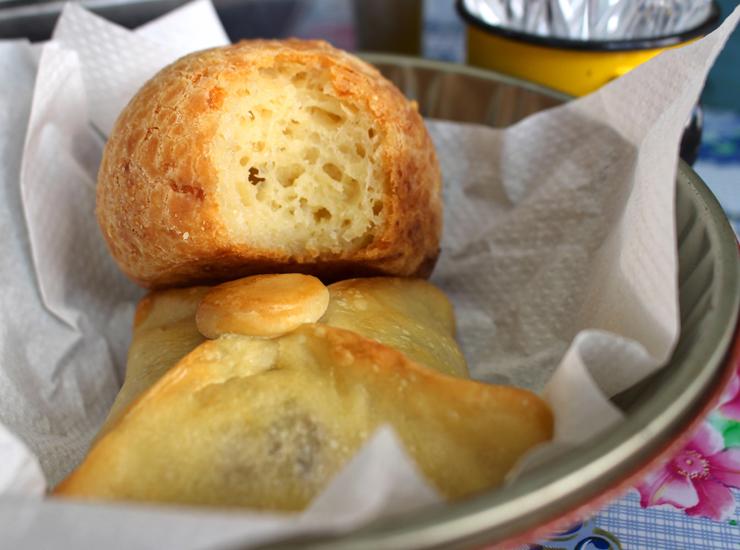 Pão de queijo e trouxinha de carne seca com catupiry do Lá da Vendinha, na Barra Funda
