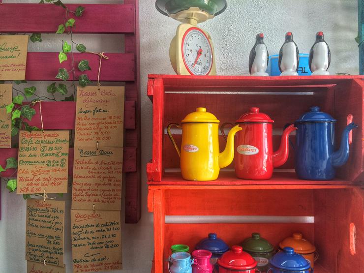 Além de comidinhas, o café também vende artigos de decoração, panos de prato, toalhas e artesanato