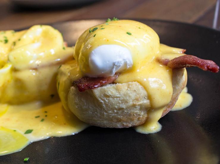 No brunch do Camden House: ovos beneditinos, os melhores que já comi em São Paulo (R$ 25). Dois english muffins - produzidos ali, com o sabor e textura ideiais - vem cobertos por ovos pochê, suculentas fatias de bacon e sedoso molho hollandaise.