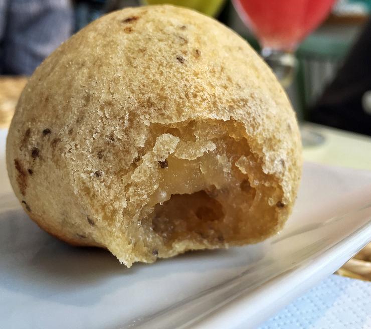 """""""Pão de queijo só que não"""" da nova Grão Fino: polvilho azedo, chia, batata doce e azeite"""